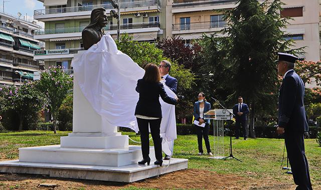 Η-Πρόεδρος-της-Δημοκρατίας-αποκάλυψε-την-προτομή-του-Ιλαρίωνα-Καρατζόγλου