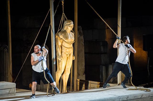 «Τα-αγάλματα-περιμένουν»-στο-Αρχαίο-Θέατρο-Φιλίππων
