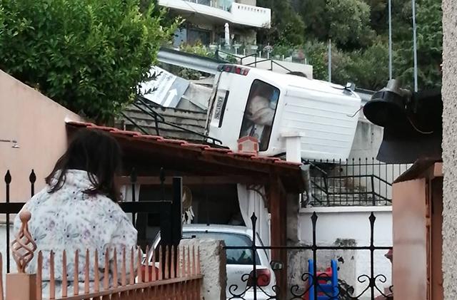 Παληό-Καβάλας:-Αυτοκίνητο-«προσγειώθηκε»-σε-στέγη-σπιτιού